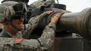 Американский военный с танком на учениях в Германии