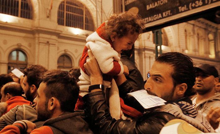 Беженцы из стран Ближнего Востока на железнодорожном вокзале в венгерском городе Келети