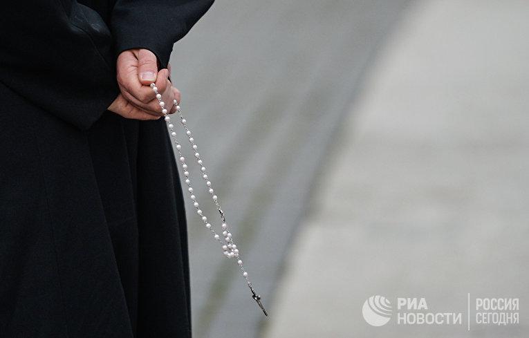 Четки в руках у священника