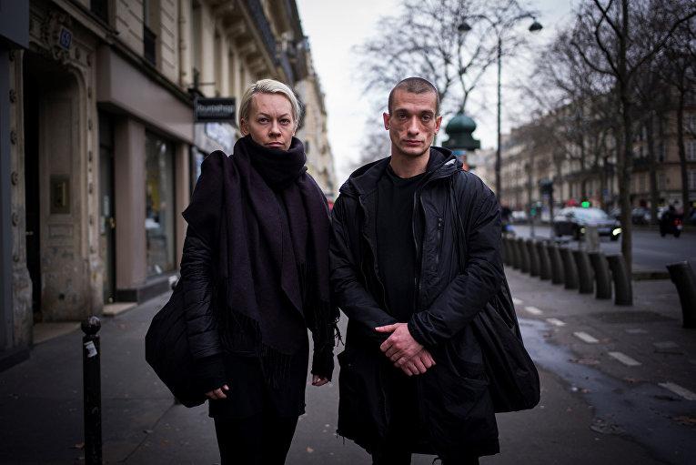 Российский художник Петр Павленский и его жена Оксана в Париже