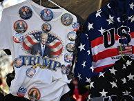 Продажа сувенирной продукции перед церемонией инаугурации избранного президента США Дональда Трампа в Вашингтоне
