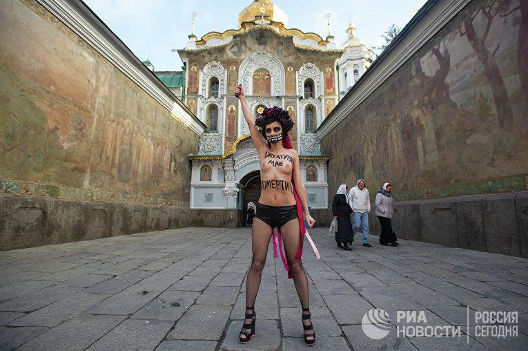 Акция женского движения FEMEN у стен Киево-Печерской Лавры