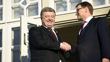 Премьер-министр Финляндии Юха Сипиля и президент Украины Петр Порошенко