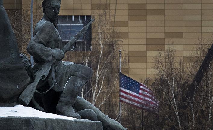 Памятник героям революции 1905 года в Москве рядом с посольством США