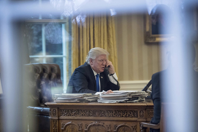 Президент США Дональд Трамп во время телефонного разговора с Ангелой Меркель