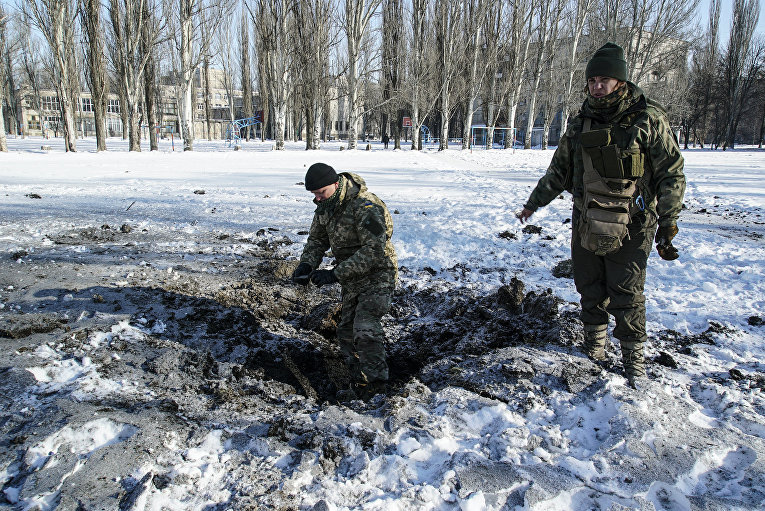 Украинские солдаты на месте взыва снаряда в Авдеевке