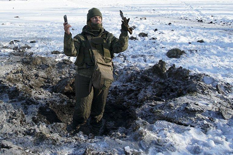 Украинский солдат на месте взыва снаряда в Авдеевке