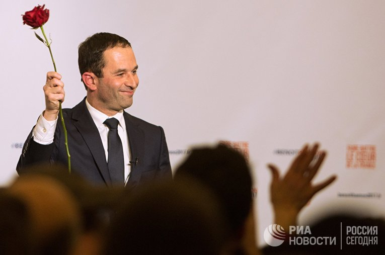 Кандидат в президенты от Социалистической партии Франции Бенуа Амон после объявления результатов второго тура праймериз в Париже