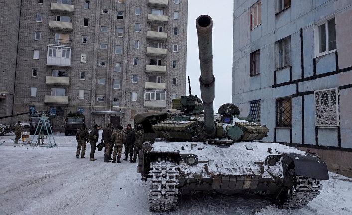 Военная техника на одной из улиц в Авдеевке