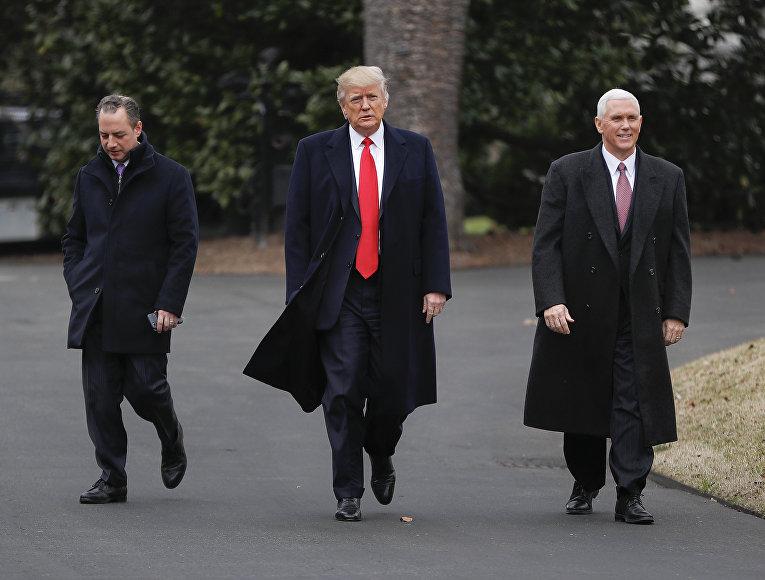 Президент США Дональд Трамп в сопровожении вице-президента Майка Пенса и главы аппарата Белого дома Райнса Прибуса. 2 февраля 2017