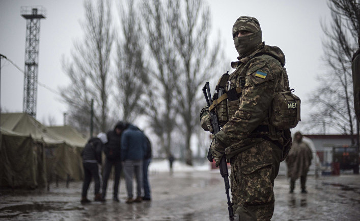 Украинский военнослужащий в гуманитарном штабе в Авдеевке