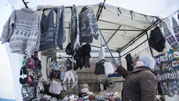 Жительница Томска у торговой палатки с тёплой одеждой