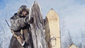 Охотник с лыжами, обитыми камусом