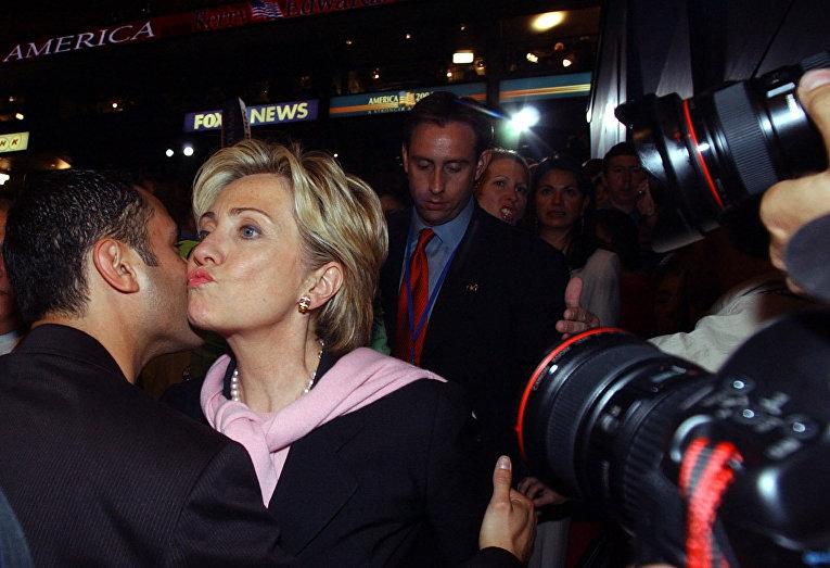 Сенатор Хиллари Клинтон и неизвестный мужчина, архивное фото