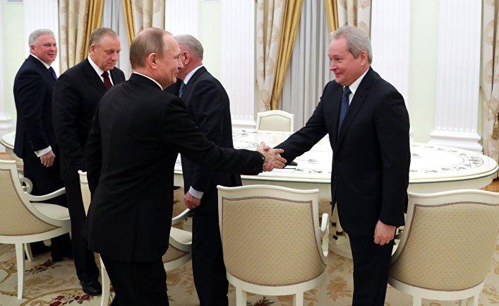 Президент РФ Владимир Путин во время встречи с бывшими руководителями ряда регионов. 16 февраля 2017
