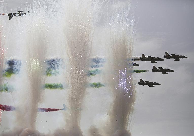 Авиашоу на церемонии открытия Международной выставки вооружения IDEX 2017 в Абу-Даби