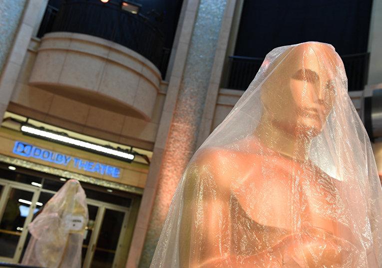 Статуя «Оскар» на красной дорожке у кинотеатра «Долби» в Голливуде