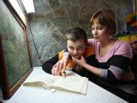 Логопед-дефектолог работает с ребенком-аутистом