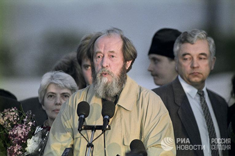 Н. Солженицына и А. Солженицын во Владивостоке