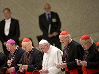 Папа Франциск молится перед заседанием Синода епископов по делам семьи