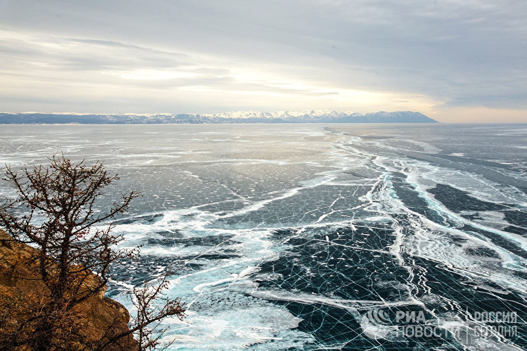 Мыс Хобой (северная часть острова Ольхона), мыс Рытый (слева) и полуостров Святой нос (справа). Вид на северную часть озера Байкал