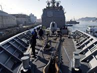 Американский корабль швартуется в порту Сасебо, Япония