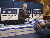 Отпечатанные копии бюджета США на 2017 год в здании Конгресса на Капитолийском холме в Вашингтоне