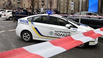 Полицейский автомобиль на месте убийства в Киеве