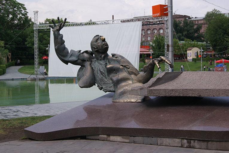 Памятник композитору Арно Бабаджаняну в Ереване (угол улиц Теряна и Туманяна)