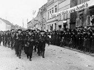 Немецкие солдаты маршируют в Мемеле