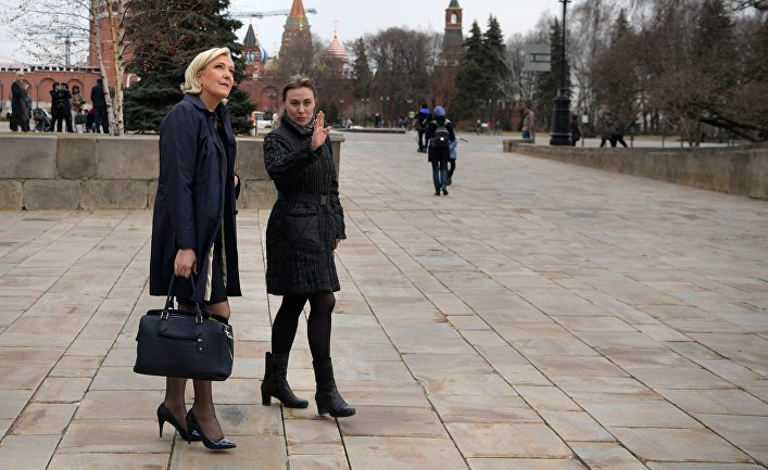 Кандидат в президенты Франции Марин Ле Пен во время осмотра территории Кремля перед встречей с президентом РФ Владимиром Путиным