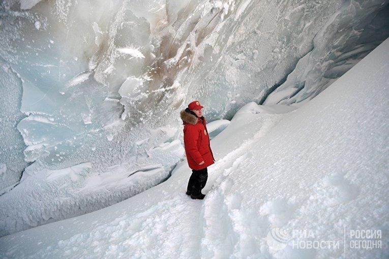 Президент РФ Владимир Путин во время посещения пещеры Ледника полярных летчиков на острове Земля Александры архипелага Земля Франца-Иосифа