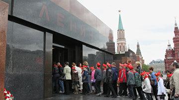 Участники церемонии торжественного приема в пионеры на Красной площади стоят в очереди в мавзолей В.И. Ленина