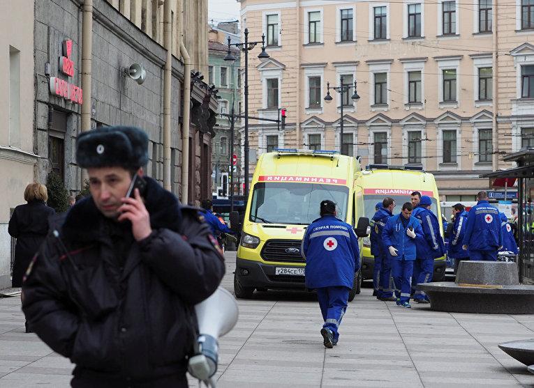 Аварийно-спасательные службы на месте взрыва у метро «Технологический институт» в Санкт-Петербурге