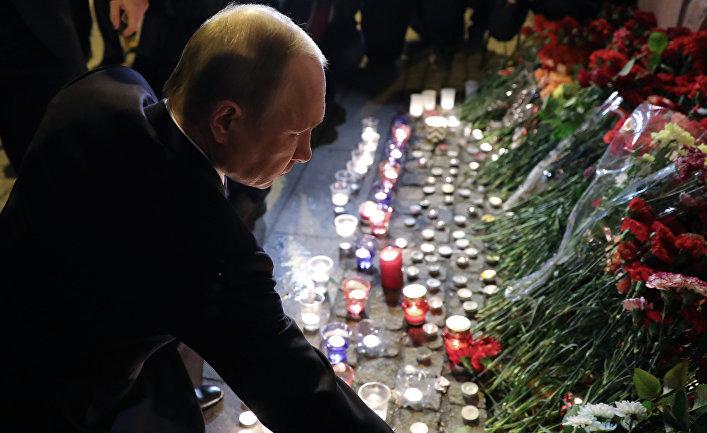 Президент РФ Владимир Путин во время возложения цветов у станции метро «Технологический институт»