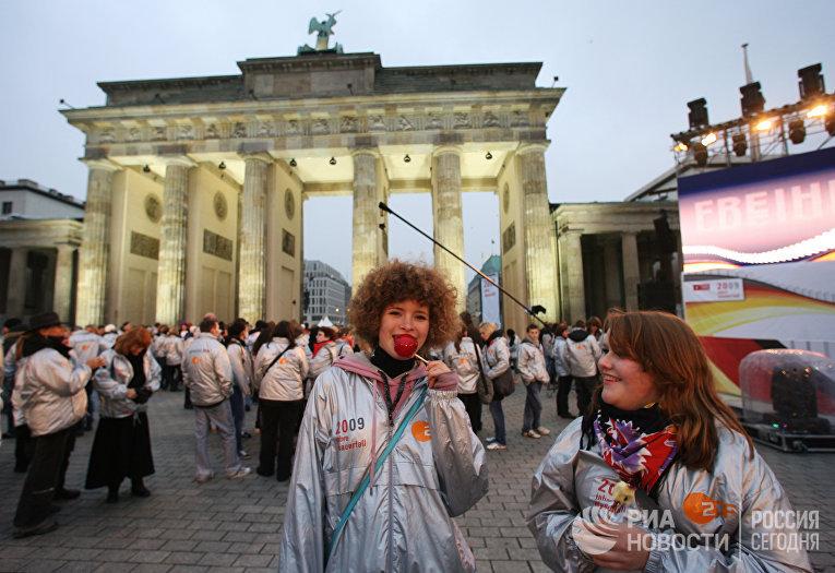 Жители Берлина у Бранденбургских ворот на Парижской площади