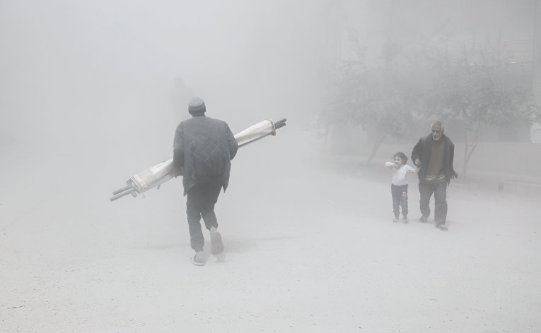 Местные жители во время воздушных ударов в пригороде Дамаска