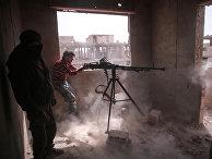 Боец оппозиции в удерживаемый мятежниками районе на восточной окраине сирийской столицы Дамаск