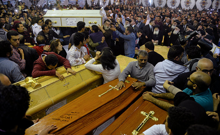 Гробы жертв теракта в коптской церкви, Танта, Египет