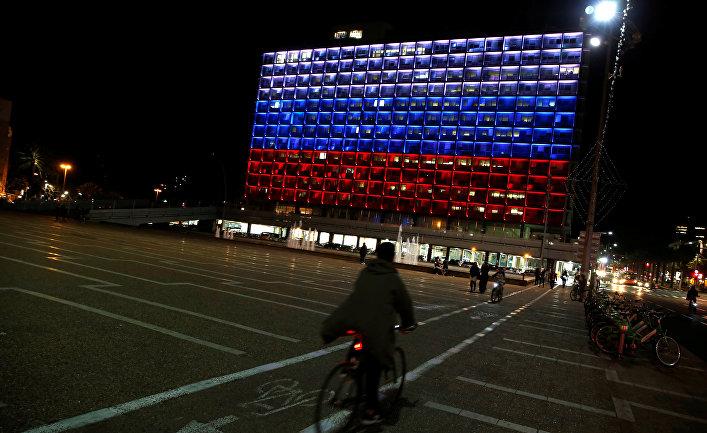 Здание мэрии в Тель-Авиве (Израиль) подсвечено в знак солидарности с Россией после взрыва в метро Санкт-Петербурга