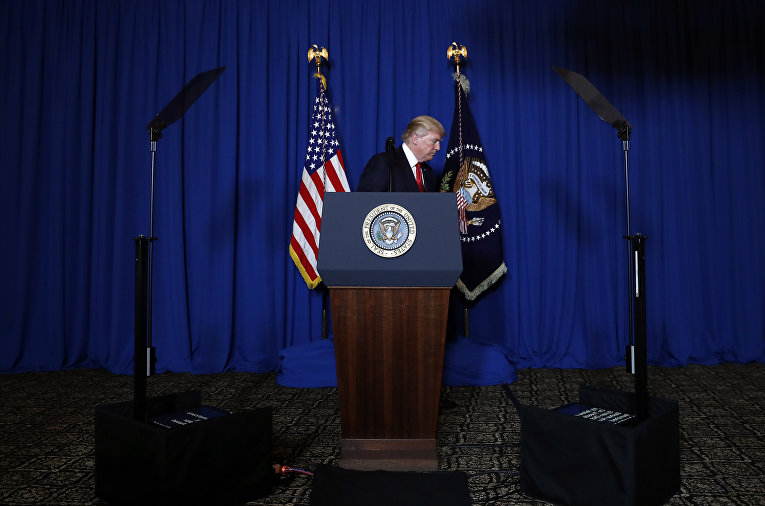 Президент США Дональд Трамп во время обращения из-за ракетных ударов по Сирии