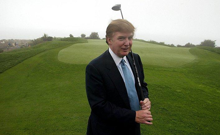 Дональд Трамп с клюшкой для игры в гольф