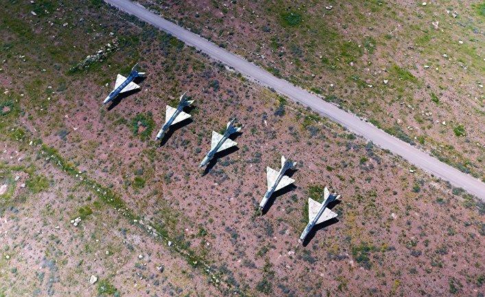 Сирийские самолеты на территории авиабазы в Сирии, которая подверглась ракетному удару США