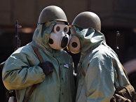 Военнослужащие на боевом посту, одетые в средства химической защиты