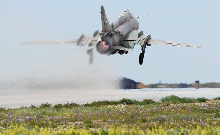 """Самолет сирийских военно-воздушных сил на аэродроме """"Шайрат"""" 8 апреля 2017. Сирийские ВВС возобновили вылеты с аэродрома спустя сутки после ракетного удара США"""