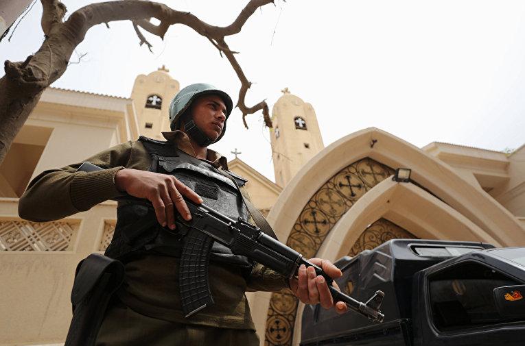 Вооруженный полицейский у входа в коптскую церковь