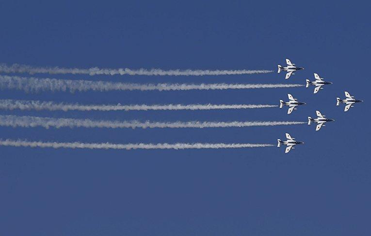 Команда высшего пилотажа ВВС сил самообороны Японии «Синий импульс» выступает во время смотра флота в бухте Сагами