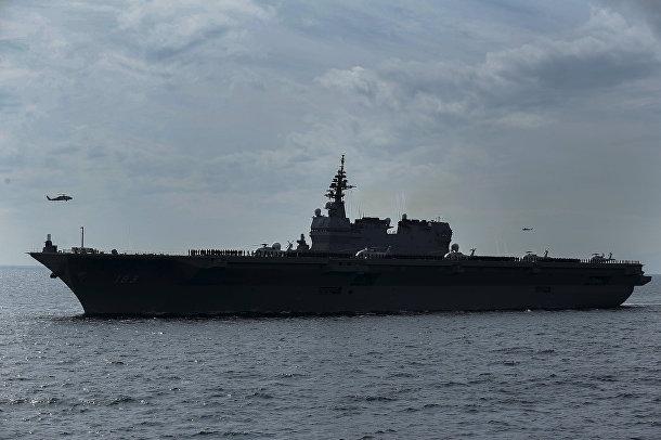 Эскадренный миноносец-вертолётоносец типа «Идзумо» ВМС сил самообороны Японии во время смотра флота в бухте Сагами