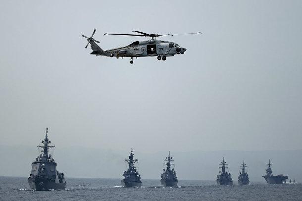 Вертолет SH-60K во время смотра японского флота в бухте Сагами
