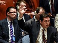 Заместитель постоянного представителя России при ООН Владимир Сафронков голосует против проекта резолюции ООН на заседании Совета Безопасности по ситуации в Сирии